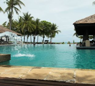 Hautpool mit Restaurant und Meerblick InterContinental Bali Resort