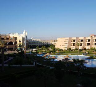 Blick auf Pool und Haupthaus