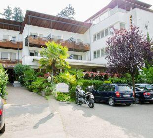 Eingang mit Speisseterrasse und Parkmöglichkeiten Hotel Ladurner