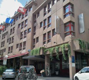 Blick auf Hotel mit Eingang Hotel Basel