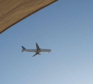 Flugzeuge über dem Hotel im Landeanflug
