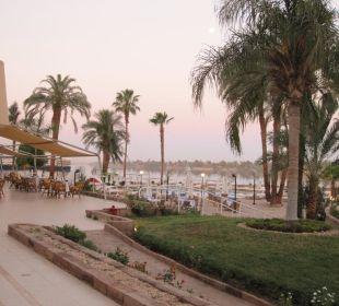 Nilseite des Hotels. Pool, Außenbereich Restaurant Achti Resort Luxor