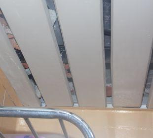 Sufit nad kabiną w łazience Hotel Krizantem
