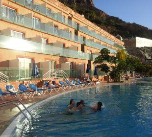 Hotelansicht vom Pool aus