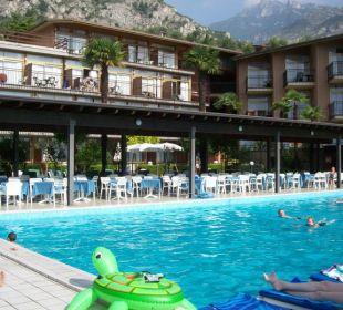 Blick auf Pool und Berge