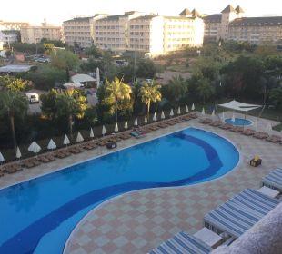 Aussicht vom Zimmer auf Pool Hotel Titan Select