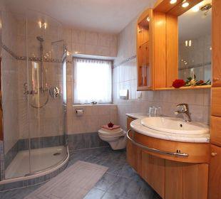 Badezimmer mit Dusche und WC  Haus Gertraud