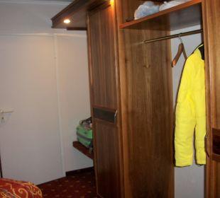 Schrankteil im Schlafzimmer der Suiteeinblick Ringhotel Zum Stein