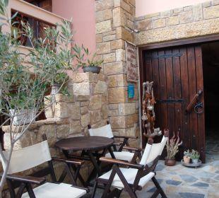 Eingang mit Terrasse Apollon Xenonas Apparthotel