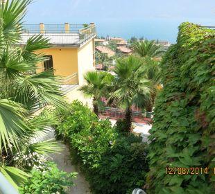 Blick zum Haupthaus u. Gardasee Hotel Cristina
