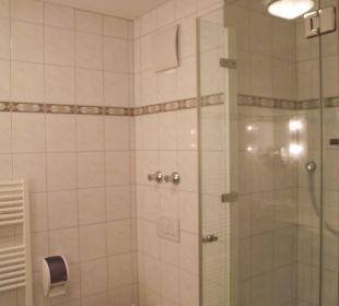 Sehr großes Bad mit Dusche AKZENT Hotel Schatten