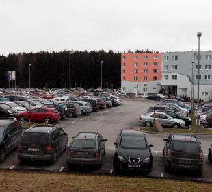 Hotel Seitenansicht und Parkplatz Hotel Sole-Felsen-Bad