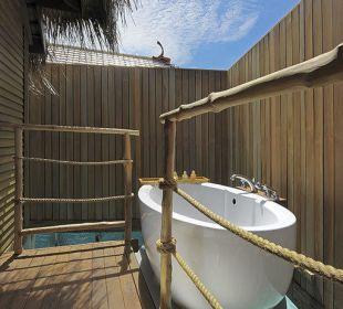 Senior watervilla outdoor bath Hotel Constance Moofushi Resort