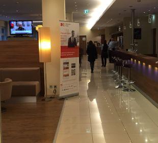 Rezeption mit Bar Hotel Holiday Inn Express Hamburg City Centre