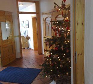 Christbaum in der Lobby Hotel Alpenhof Jäger