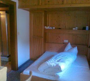 Bett mit Tür zum Badezimmer Hotel Klausenhof