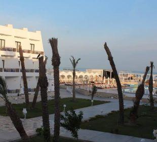 Aussicht vom Zimmer auf Poollandschaft und Strand