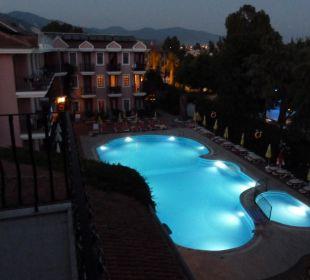 Hotelinnenhof mit Pool bei Nacht Hotel Günes