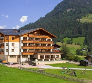 Sommerbild mit Sonnenterrasse  Hotel Roslehen