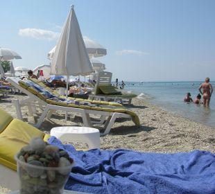 Plaża publiczna, ale zadbana.  Hanioti Village Hotel