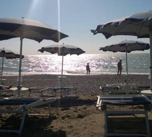 Parasole i leżaki-puste,bo płatne w I i II rzedzie Park Hotel Marinetta