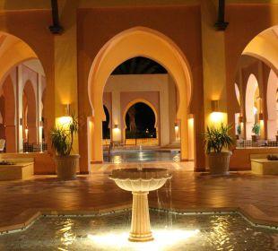 Wasserspiel vor der Lobby bei Nacht