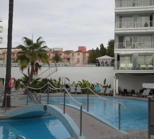Blick vom Pool zur Sonnenterrasse JS Hotel Sol de Alcudia