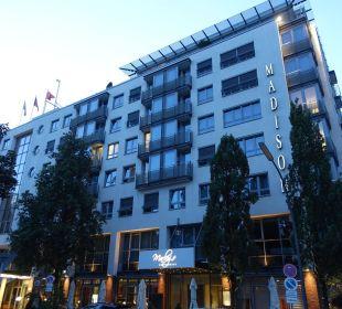 Außenansicht des Hotels (abends) The Madison Hotel Hamburg