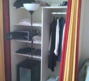 Kleiderschrank mit Minibar Senator Hotel