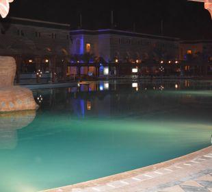 Am Abend beleuchteter Pool.