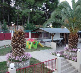 Teil vom Spielplatz und die Bar Hotel Amari