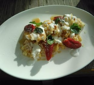 Zum Frühstück Waffeln mit Erdbeeren Ikos Olivia