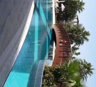 Blick auf eine Holzbrücke über den Poolkanal Sunis Hotel Evren Beach Resort & Spa