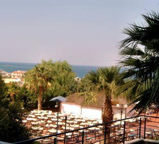 Ausblick auf Poolbar und Bühne für Shows Hotel Royal Belvedere