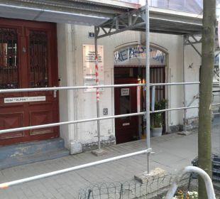 Recht Rezeption, Frühstück, links Eingang zu den Zimmern ALPHA Hotel Garni
