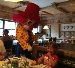 2 mal in der Woche kommt Clown Happy zum Frühstück Familotel Seitenalm