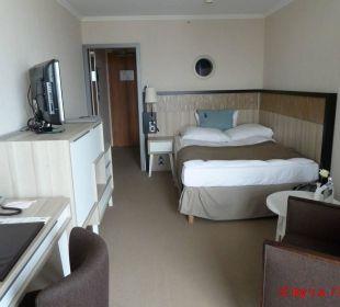 Bequemes Bett mit 4 Kissen! Schreibtisch, TV Hotel Neptun