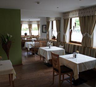 Ein kleiner Speisesaal Hotel Vier Jahreszeiten