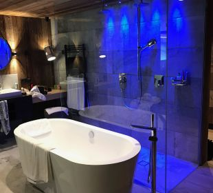 Badewanne und Dusche Alpin Life Resort Lürzerhof