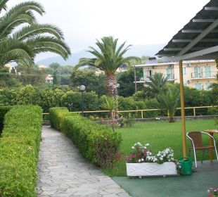 Auf dem Weg zum Pool Hotel Livadi Nafsika