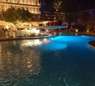 Poollandschaft bei Nacht JS Hotel Sol de Alcudia