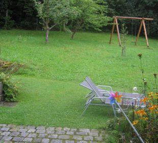Wiese mit Schaukel und Terrasse Landhaus Korte