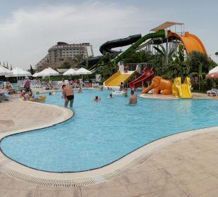 Swimmingpool mit Rutschen