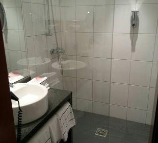 Die Dusche ist groß NOVINA HOTEL Tillypark