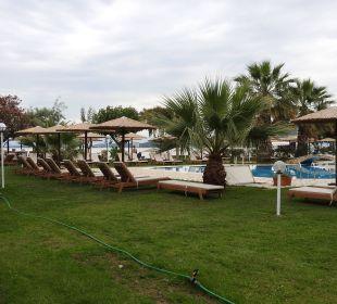 Garten mit Pool-Anlage Hotel Robolla Beach
