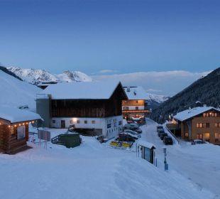 Außenansicht Winter Alpengasthof Pension Praxmar