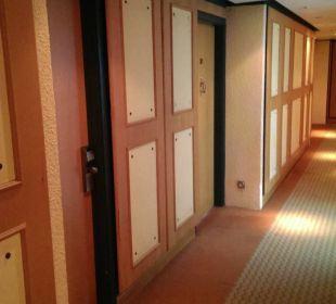 Flur versifft und muffig Hotel Holiday International