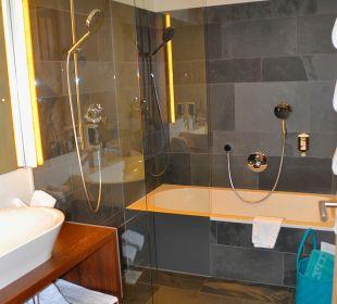 Badezimmer mit Dusche und Badewanne Traube Braz Alpen.Spa.Golf.Hotel