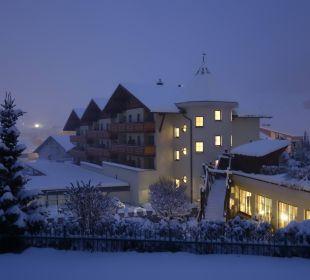 Hotelanlage traumhaft verschneit Leading Family Hotel & Resort Alpenrose