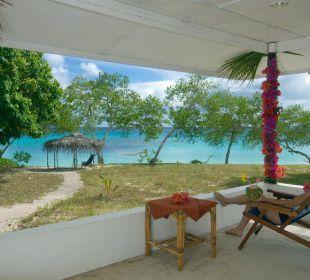 Blick von Bungalowterrasse auf Meer Sandy Beach Resort Tonga